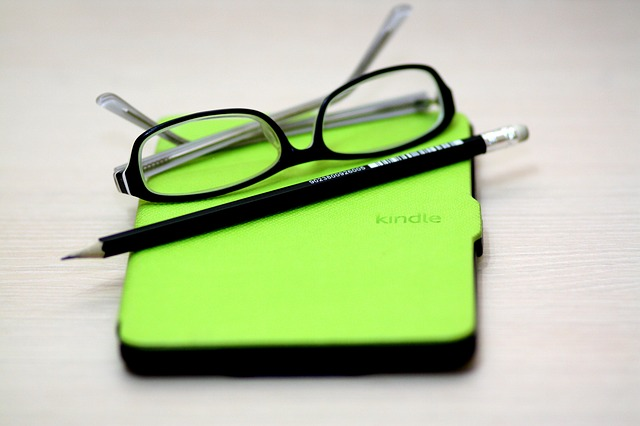 Kindle device with green case on youthlyhub.com post on 2017 reading list